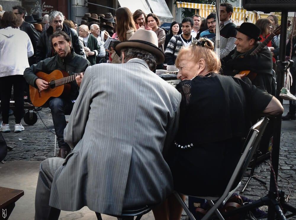spectacle de tango dans les rues de Buenos Aires