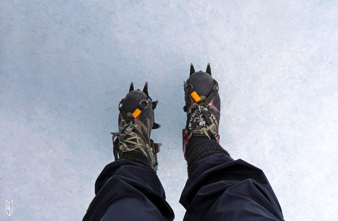 crampons aux pieds, prête pour le trekking sur le glacier