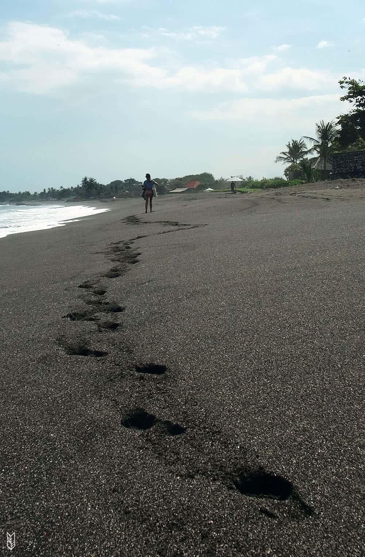 plage de sable noir à Canggu