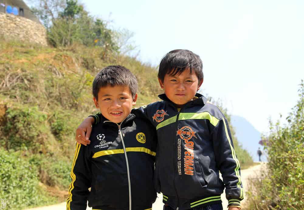 2 enfants croisés dans les montagnes du Vietnam