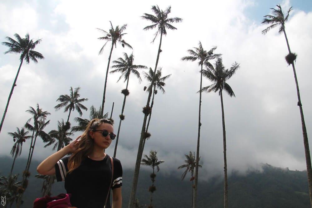 photo volée de ma soeur en train de regarder les palmiers de Cocora (et de se recoiffer...)