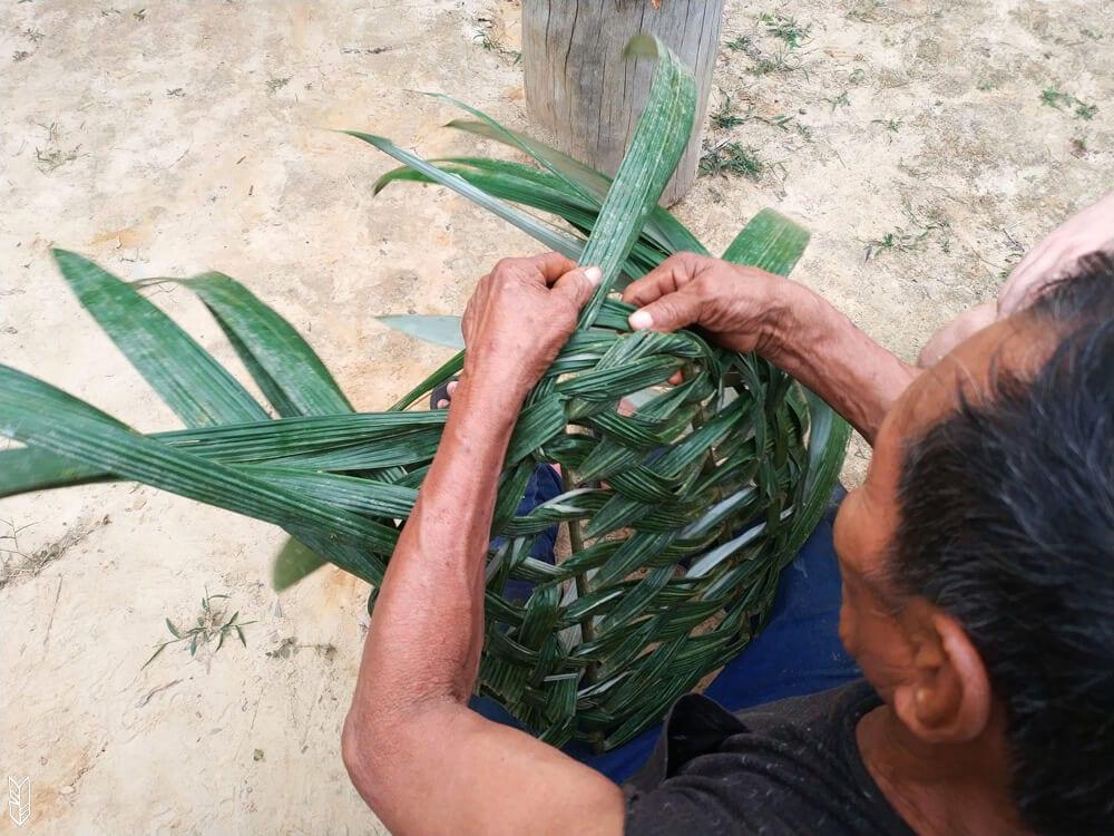 fabriquer un sac à dos en feuilles de palmiers