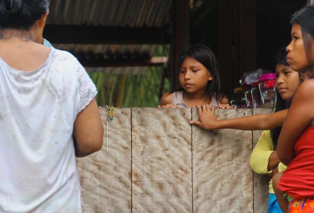 stand de bijoux artisanaux dans une communauté Embera